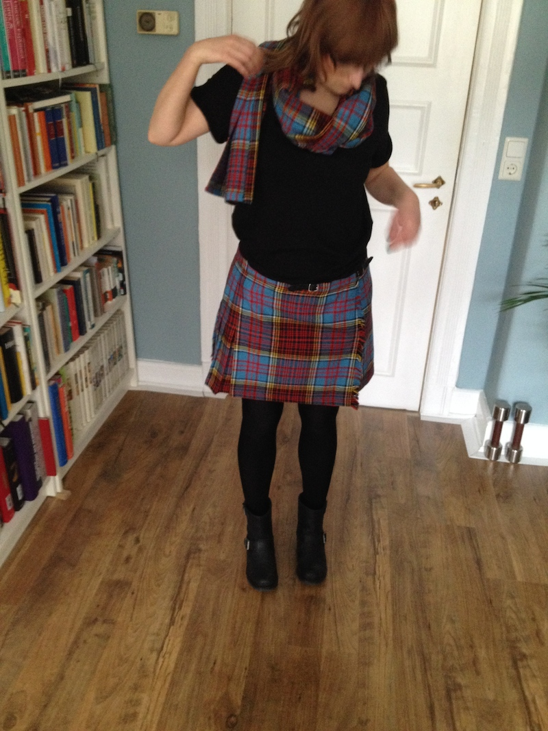 Tartan is big right now which is good as I had always liked it anyway. Still I am not sure whether I would have gone for it it if it wasn't for this very lively tartan skirt I recently found in a vintage store. (I think it was about EUR 7,-.) It was XS and far too long for me. I am not very tall, so a flared skirt has to be short unless I really want to look like a walking christmas tree. Now it should be easy to guess what I did. I shortened the skirt and used the cut off part as a scarf. Two seams that's it. Well, not quite. I had to adjust the small belts and add an extra buttonhole for the belt to go through to fit my size.