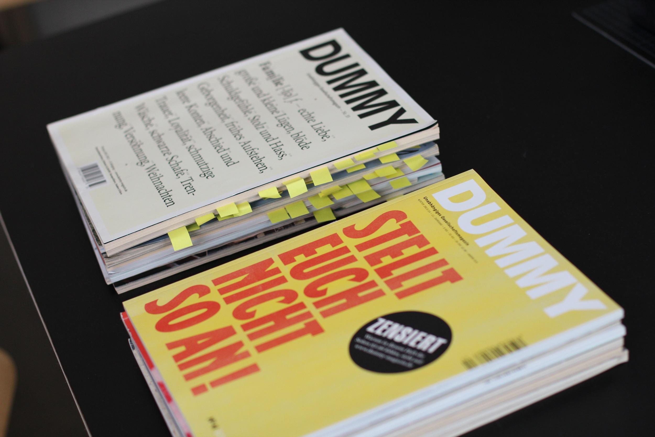 Zwei Stapel Ausgaben des ganz hervorragenden DUMMY-Magazins. In einem Stapel waren in jedem Heft ausgewählte Artikel mit Post-is markiert, im anderen nicht.