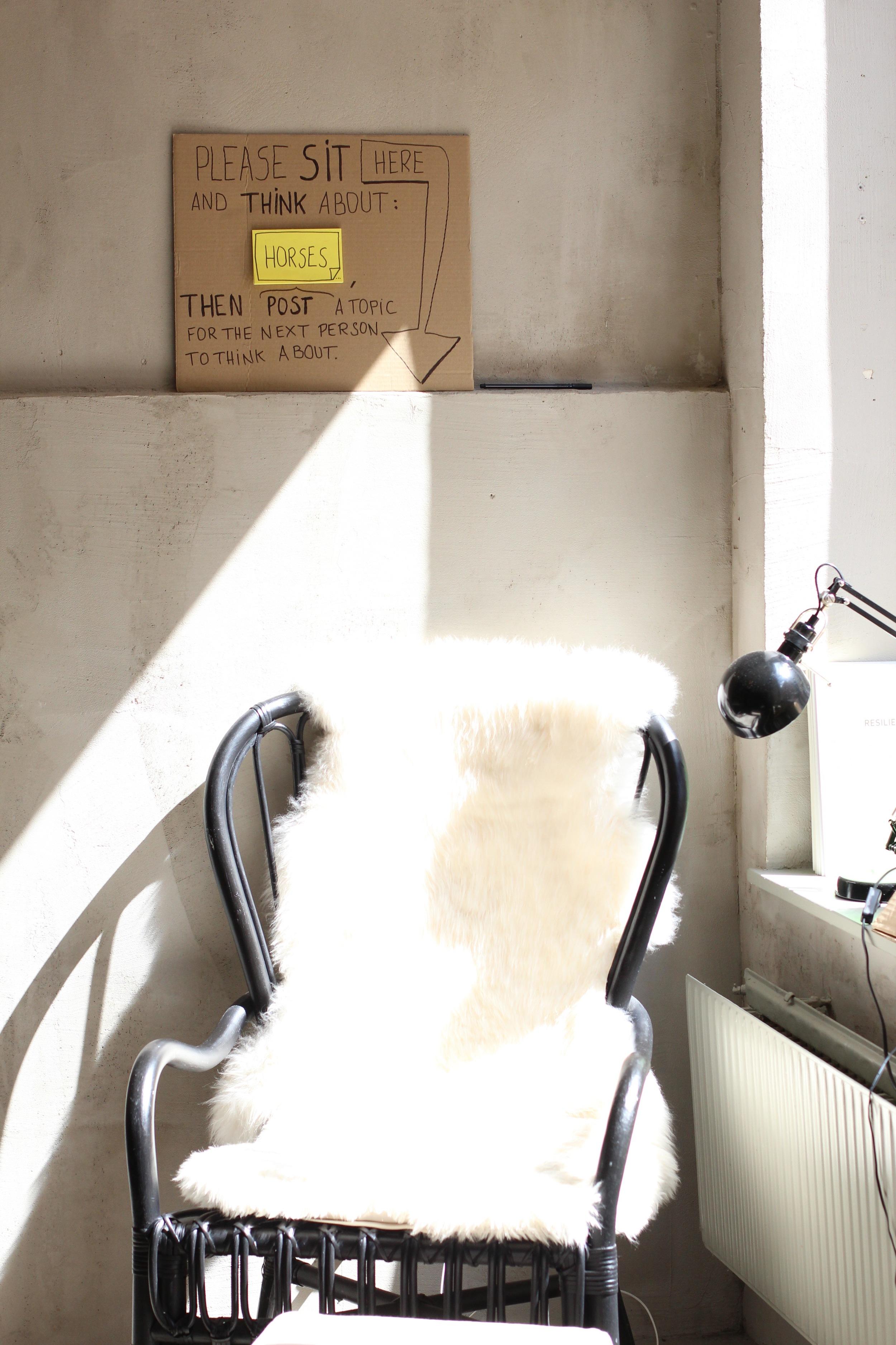 Ein Sitzplatz am Fenster mit einem interaktiven Kontemplationsangebot.