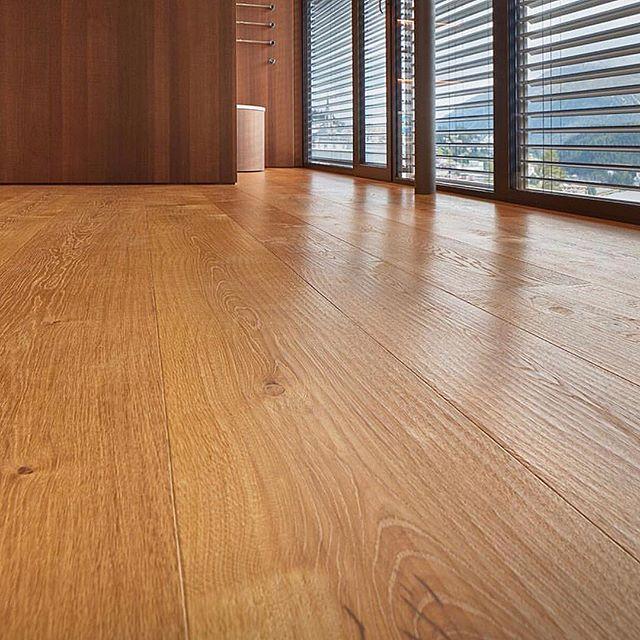 Hand scraped wood floor by @schottenhansen made in Germany. #schottenhansen #woodfloor #wood #madera #interiordesigner #interiorismo #pisodemadera