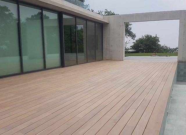 Deck de teca nacional ✔️ acabado al aceite color light grey de Rubio Monocoat. #fernandezcueto #architecture #tadaoando #carpinteria #teak #teca #deck #rubiomonocoatmexico #madera #wood #woodwork #modernarchitecture #design #diseño #hechoamano #hechoenmexico
