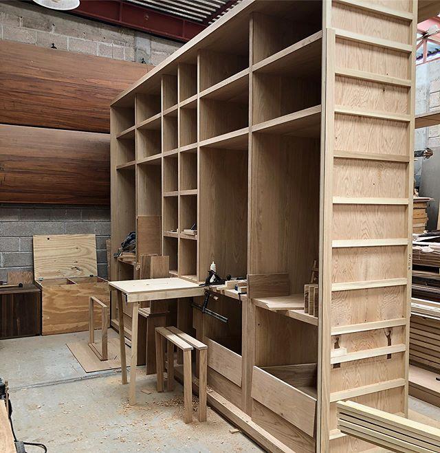 Proceso de armado de mueble fijo #fernandezcueto #carpinteria #furniture #madera #hechoenmexico #hechoamano #wood #diseño #manufacturing #woodwork #woodworking