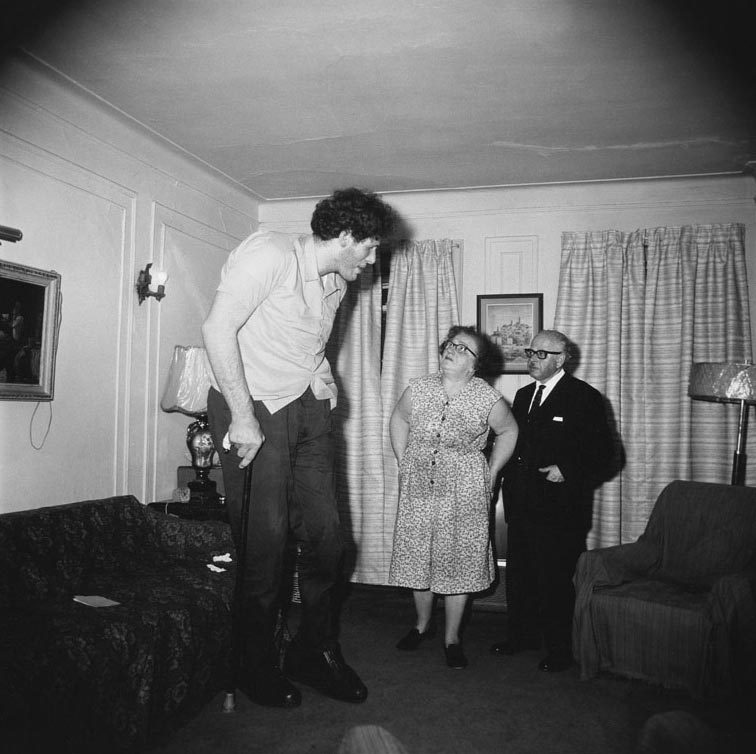 Diane-Arbus-A-Jewish-giant-at-home-with-his-parents-in-the-Bronx-New-York-1970-©2.jpg