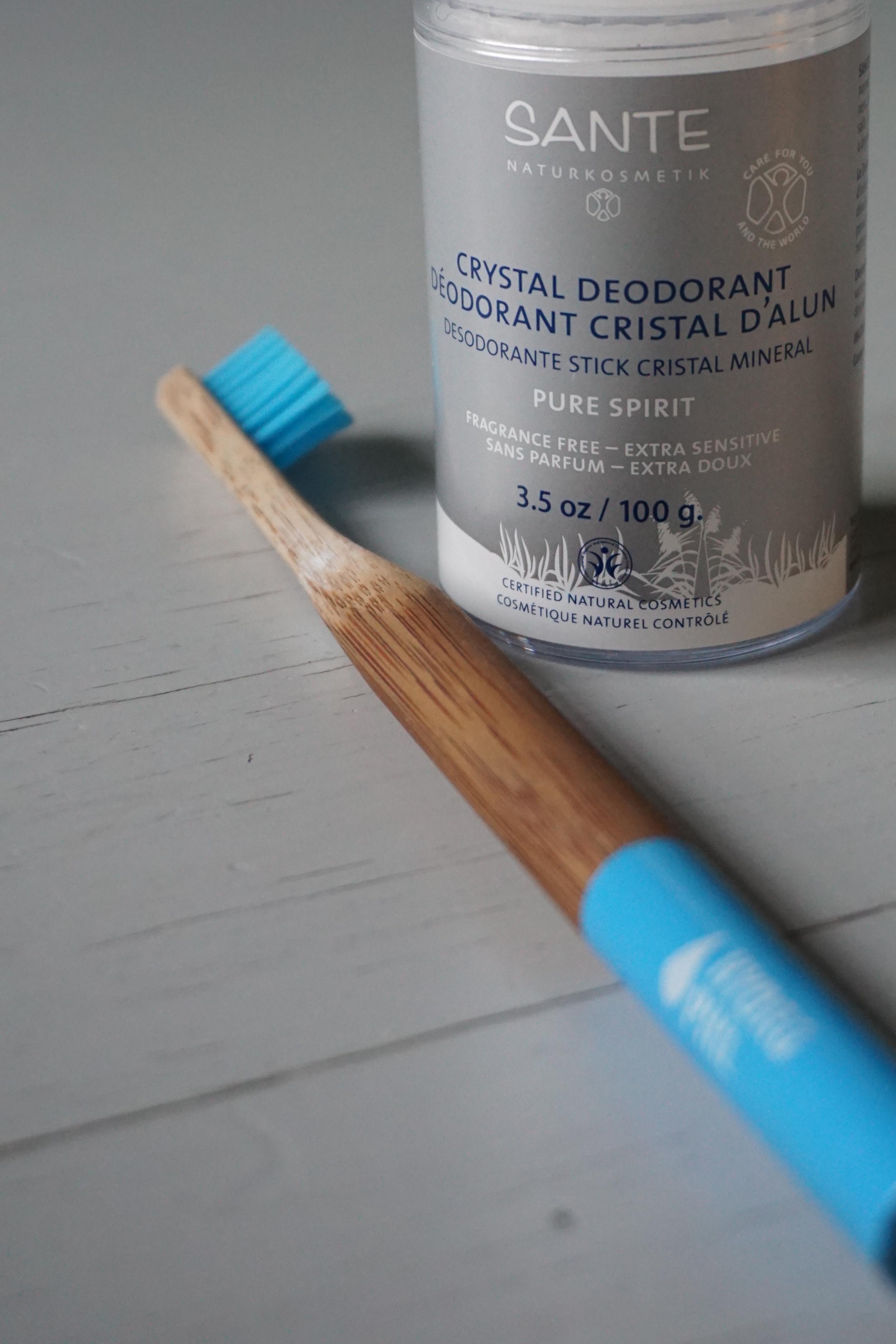 Tannbørste av bambus og deo av saltkrystall.