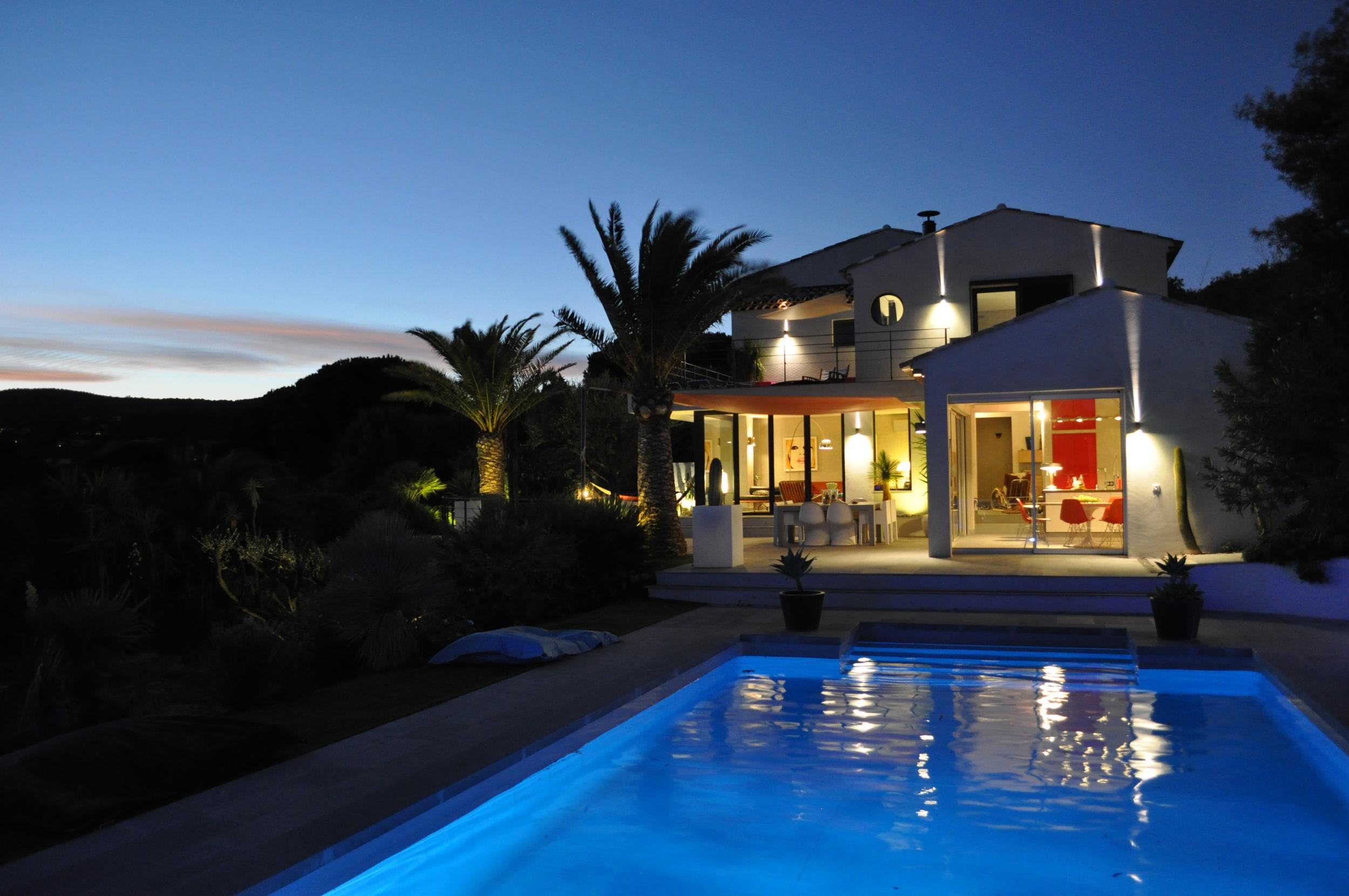 maison et piscine de nuit.JPG