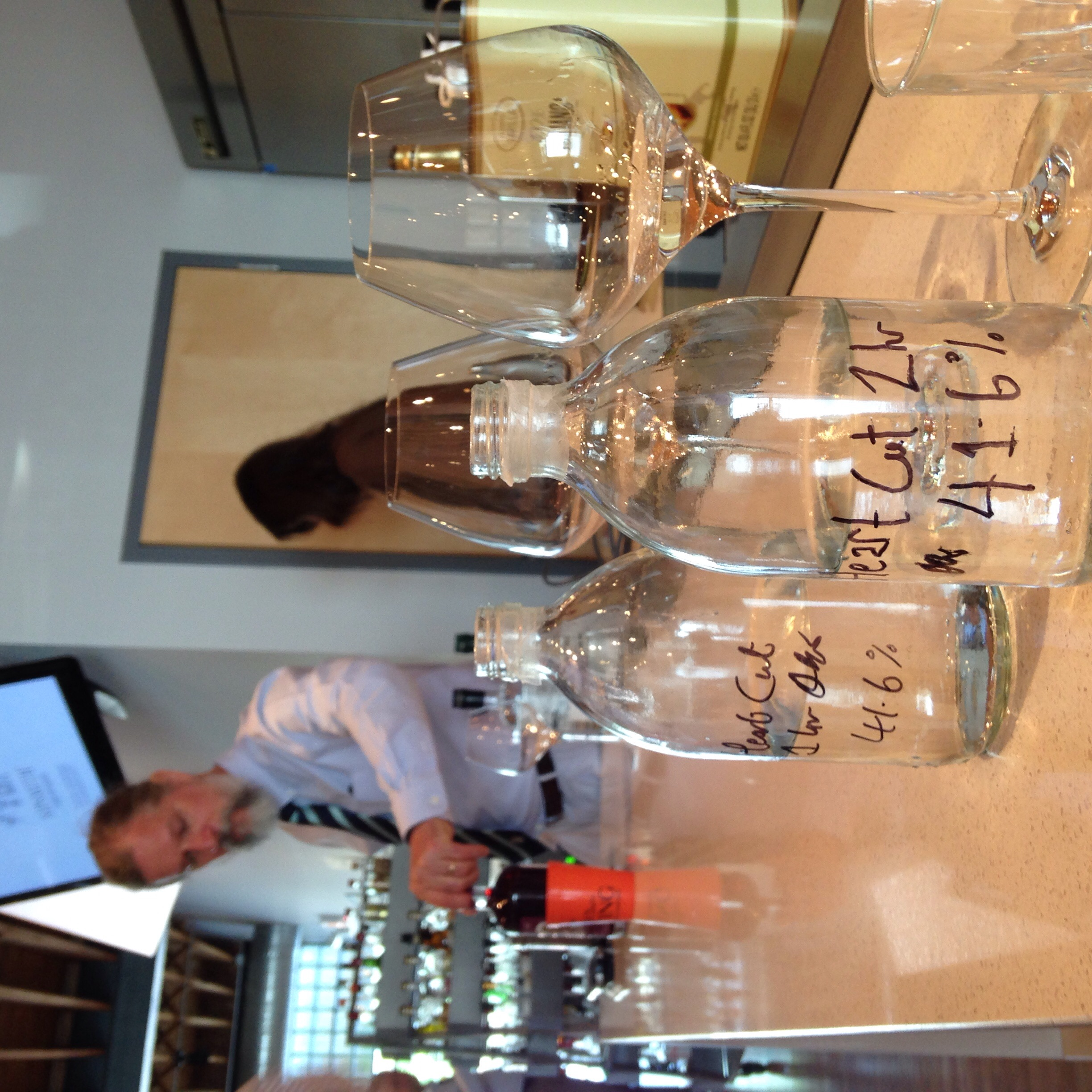Comparative tasting of different cuts of gin from the still, at different hours of the process.
