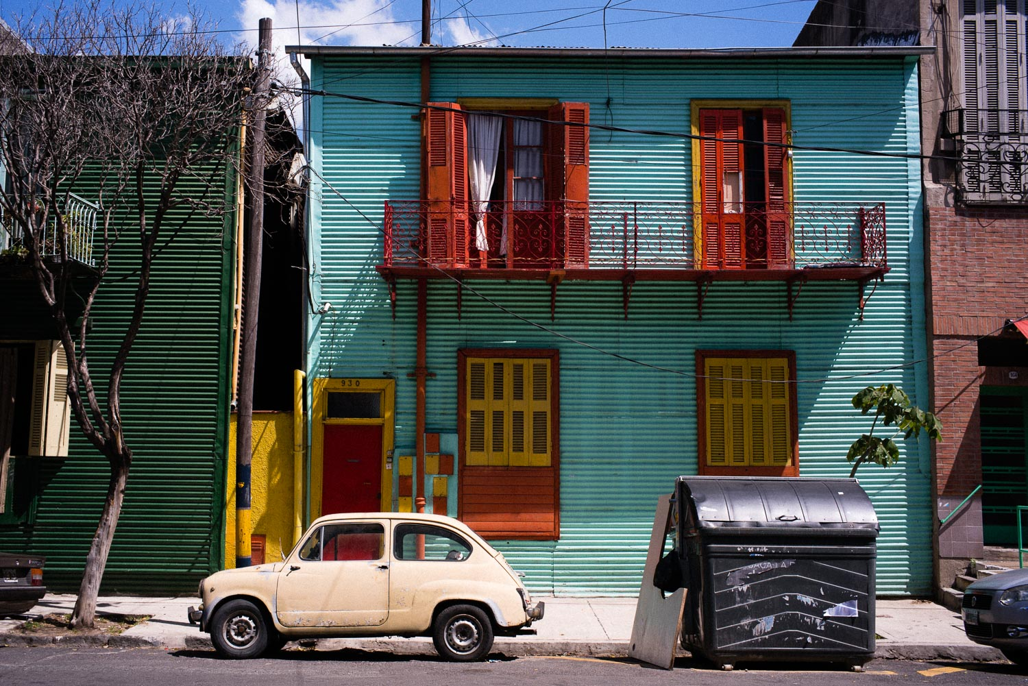 A scene from a different epoch in La Boca.