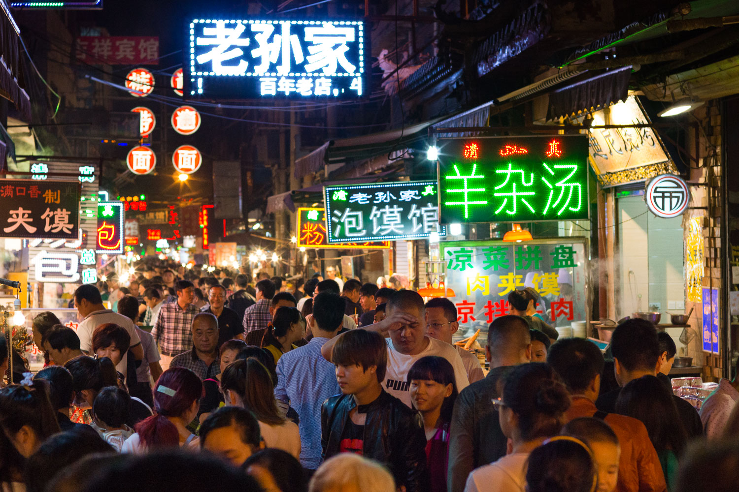 """Muslim Street"" in China's Xi'an city, One of these best places in the country for BBQ."