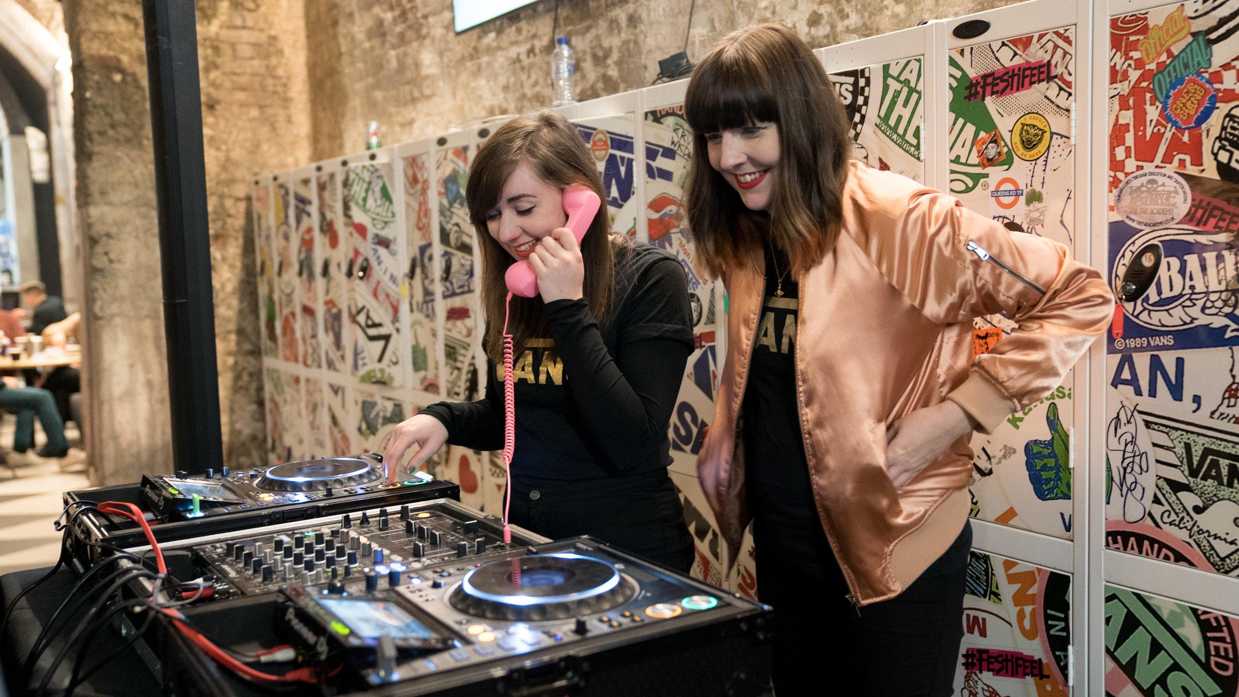 GRLS TLK DJS