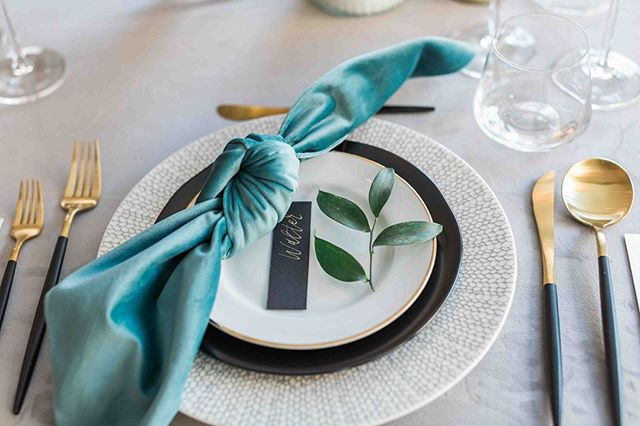 Tablescape Tuesday! You've got to respect a well-designed tablescape. It's a part of your wedding that you can really have some fun with. Mix up those plates, people. Splurge on the super chic flatware. Get your napkins on point, and don't forget to add a lil' something to the plate; a garnish of greenery, a mini cake, a thank you note, personal menu, etc. So much goes into it - go on, wow your guests! Or Better yet, let us help you!⠀⠀⠀⠀⠀⠀⠀⠀⠀ .⠀⠀⠀⠀⠀⠀⠀⠀⠀ .⠀⠀⠀⠀⠀⠀⠀⠀⠀ .⠀⠀⠀⠀⠀⠀⠀⠀⠀ .⠀⠀⠀⠀⠀⠀⠀⠀⠀ .Photo Cred :@joannamongerphotography⠀⠀⠀⠀⠀⠀⠀⠀⠀ #tablescapetuesday #tablescape #weddingdesign #IYDEplanners #itsyourdayevents #weddingplanning #plannerlife #dayofcoordination #design #tealandblack