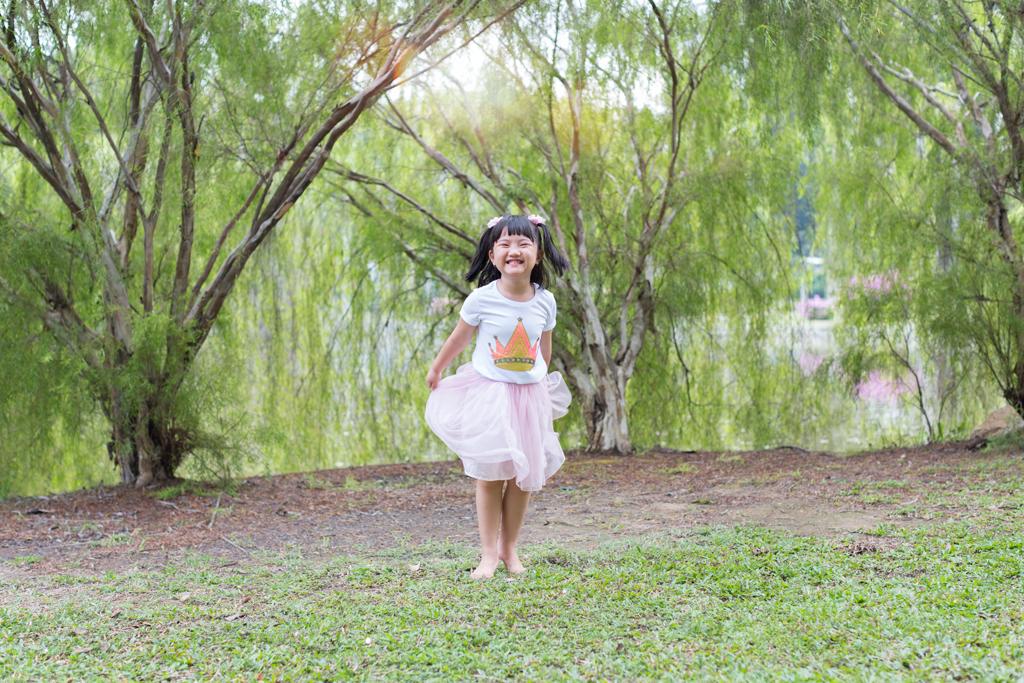 whimsical candid photo shoot east coast beach swing children photographer