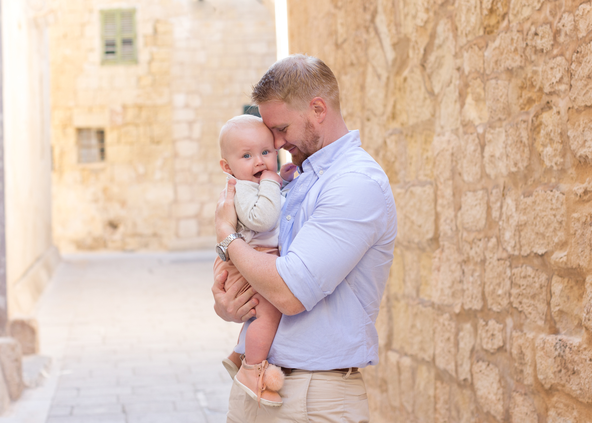 father and daughter photograph, relaxed photo shoot malta, family photography malta, a fathers love, toddler