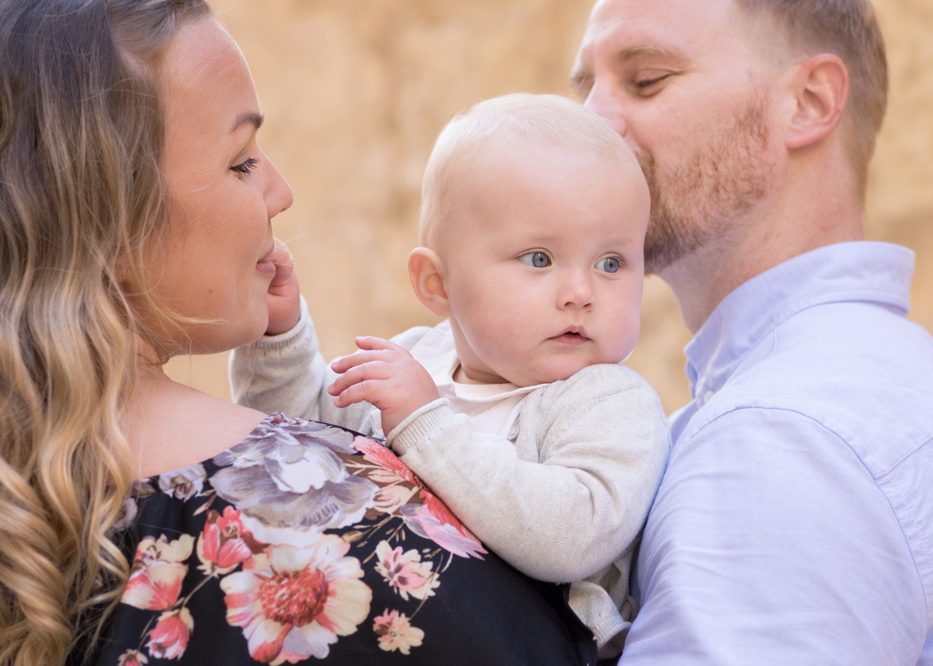 happy family malta, cuddles, photo shoot, natural light photographer, outdoor photography, swedish photographer malta, best photographer malta, family, alley of mdina