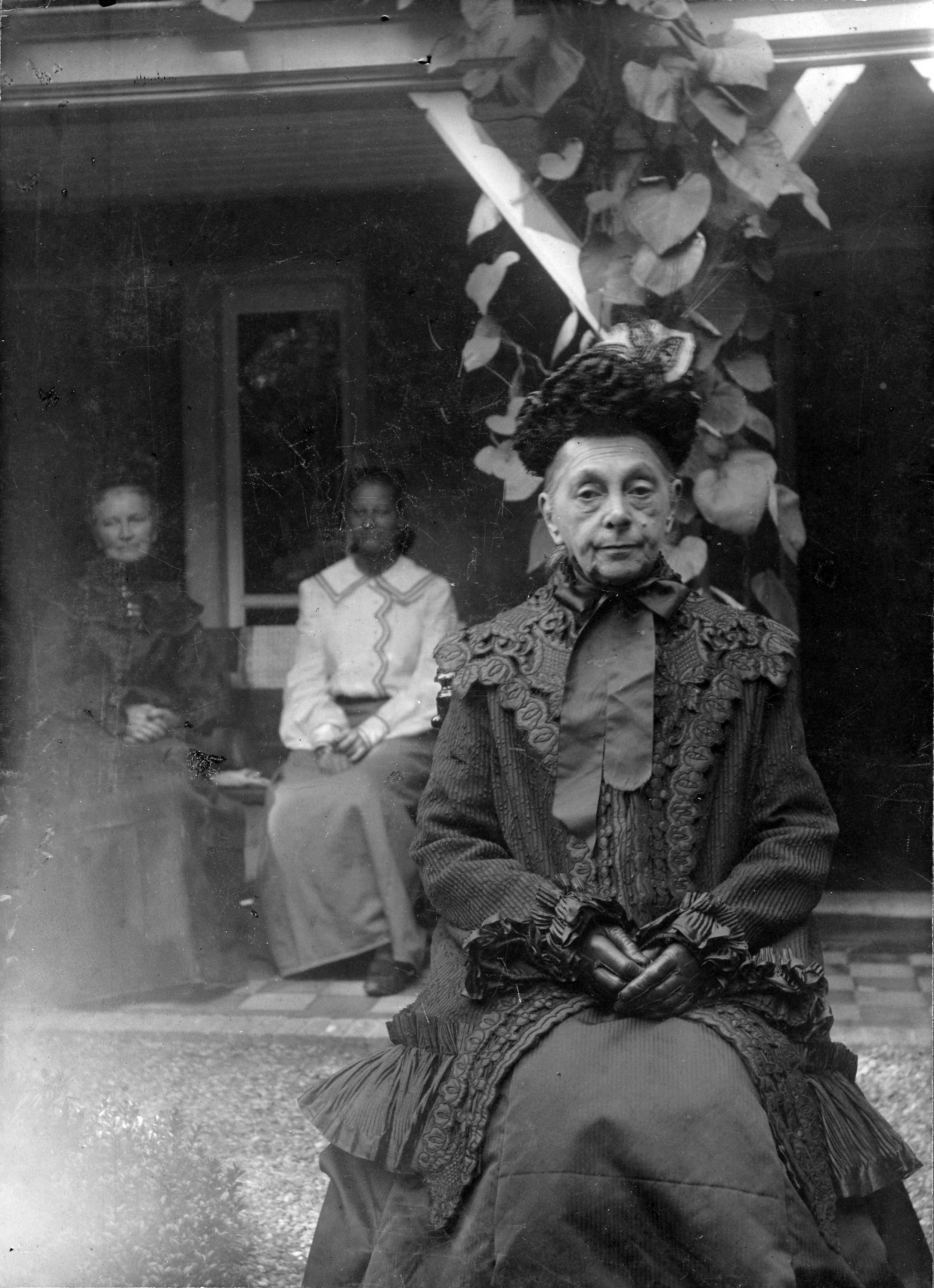 1904,_Old_woman_from_The_Hague_in_mourning_dress.jpg