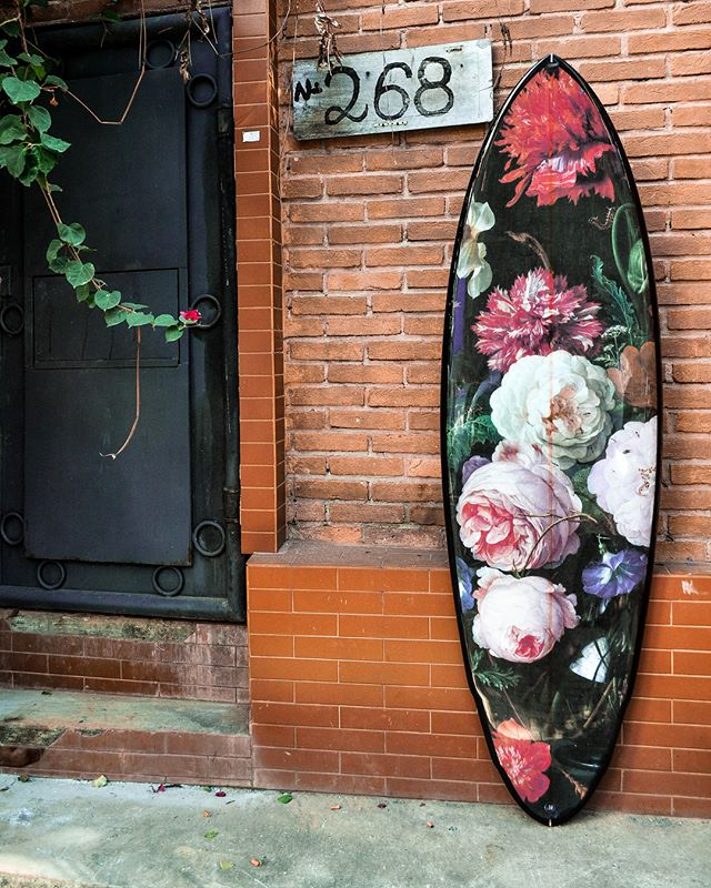 Something flowery from @sparksurfboards 💐🌸🌹🌼#sparksurfboards #surfboardart #surfart #boardart #surfboard