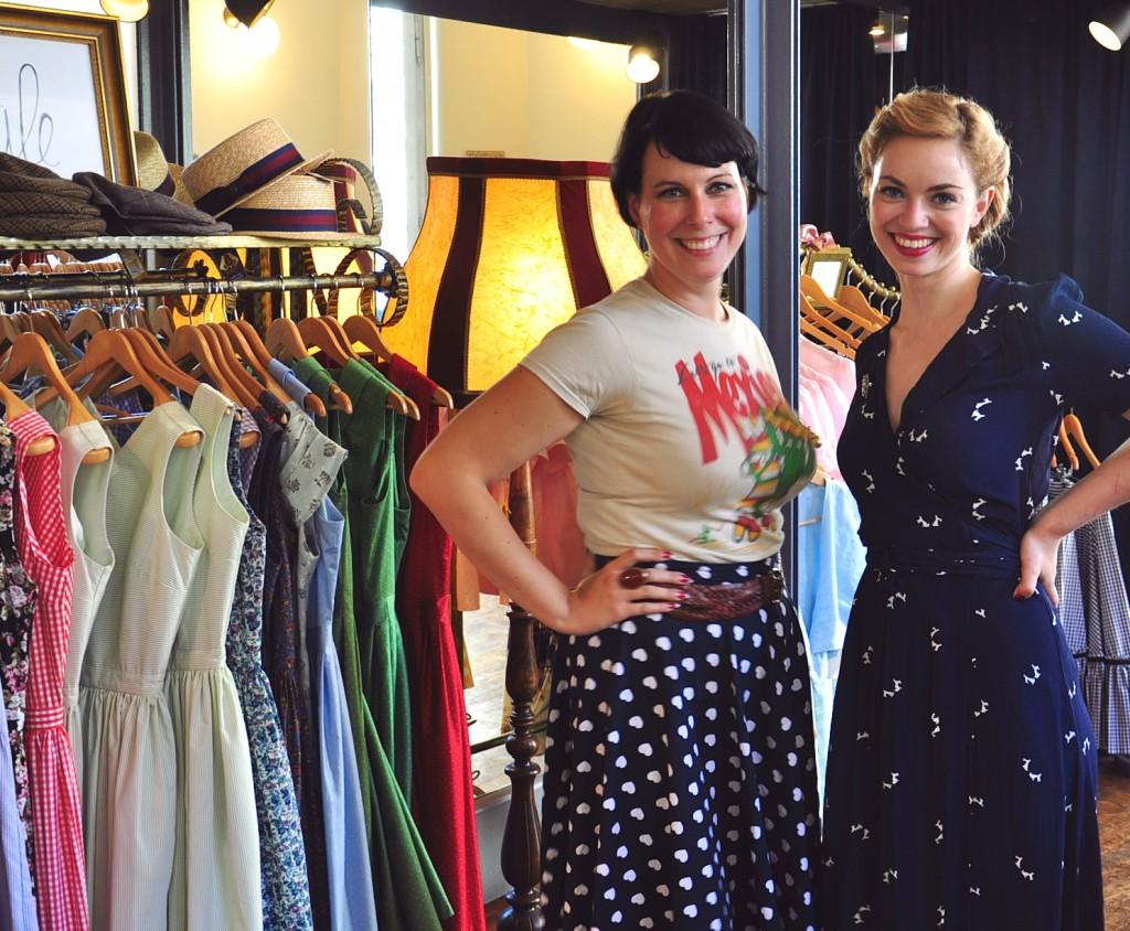 """Designerin Antonia (links) und Victoria vom Leipziger Blog Vintagemädchen im Store """"Goldstück by Wiener Kreation""""  Photocredit: Vintagemädchen"""