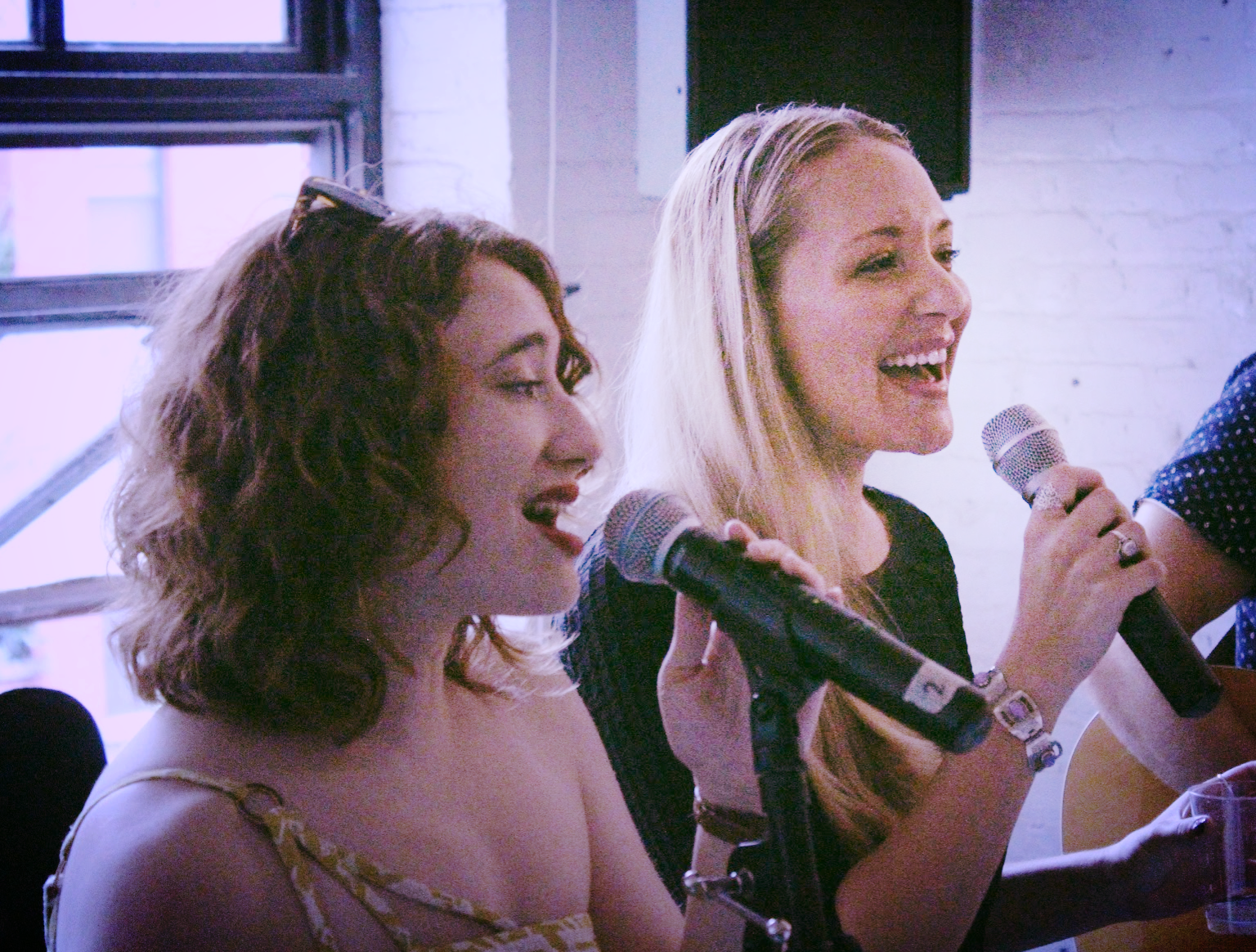 emily singing with fellow pig sara!