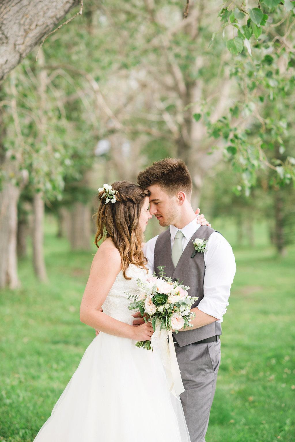 Rustic wedding bouquet and boutonnière
