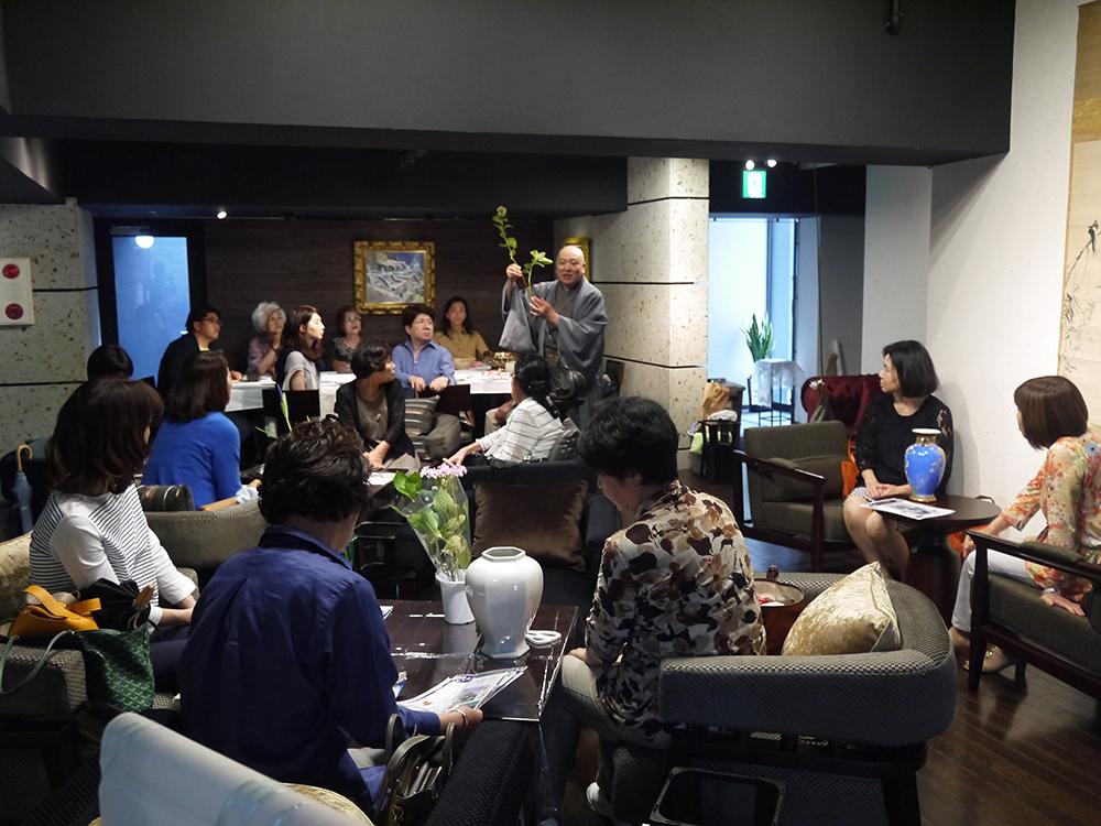いけばなの特別トーク&教室 特製デザートと紅茶を楽しみながらのサロンスタイルで  (花道家 小川珊鶴 特別トークショー&教室 20名)