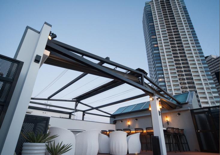 夕方のルーフトップテラス。リゾートの雰囲気でティータイムとバーをお楽しみください。(夜10時まで)