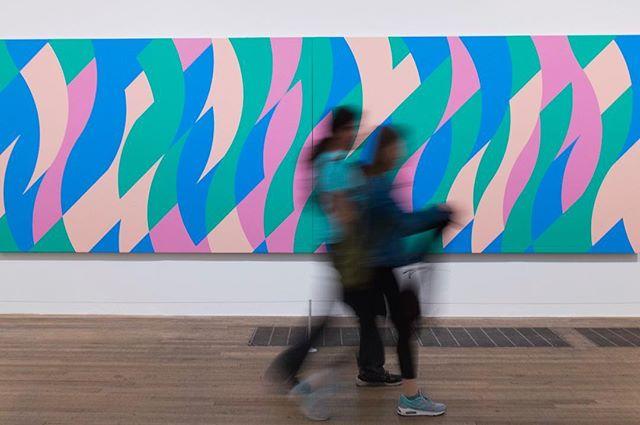 Kijken met een grote K #7 Ik had het enkele weken nogal druk, eigenlijk permanent in beweging en even geen tijd om stil te staan bij mijn serie: Kijken met een grote K. Maar dan nu deze, ooit gespot in Tate Modern in London. Immer in beweging... #art #kunst #kunstkijken #kijkenmeteengroteK #kunstkenner #TateModern #ModerneKunst #peopleinmuseums #peopleinmuseum