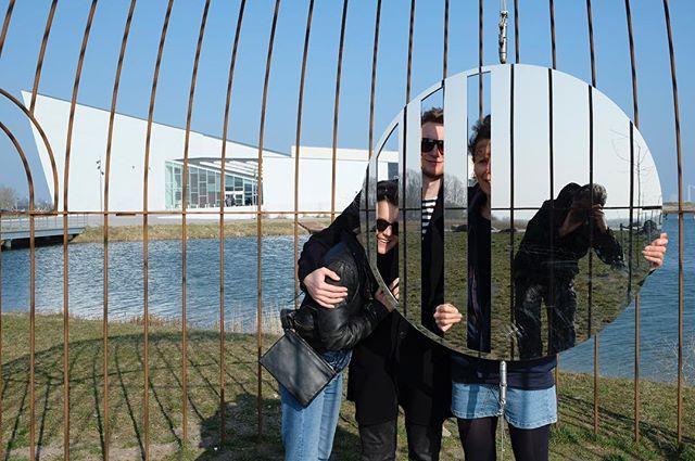 Selfie 2.0. Samen met mijn meissie op bezoek in Kopenhagen bij onze jongste zoon en zijn meissie. We staan voor het museum voor moderne kunsten: Arken. #arkenmuseum