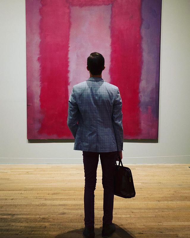 Kijken met een grote K... #10  Deze foto maakte ik enkele jaren geleden in Tate Modern te London. Deze jonge man vanuit de City ziet een gapend gat voor zich...de Brexit is aanstaande...wat zal de toekomst brengen? Deze week Europese verkiezingen...wat zal hij doen?  Ik moest aan dit beeld denken bij een aankondiging van de tentoonstelling Rothko & ik in het Stedelijk Museum van Schiedam. #Rothko #TateModern #StedelijkMuseumSchiedam #Brexit #Kunst #Art #abstracte kunst #Photography #Fotografie #kunstkijken #ModernArt