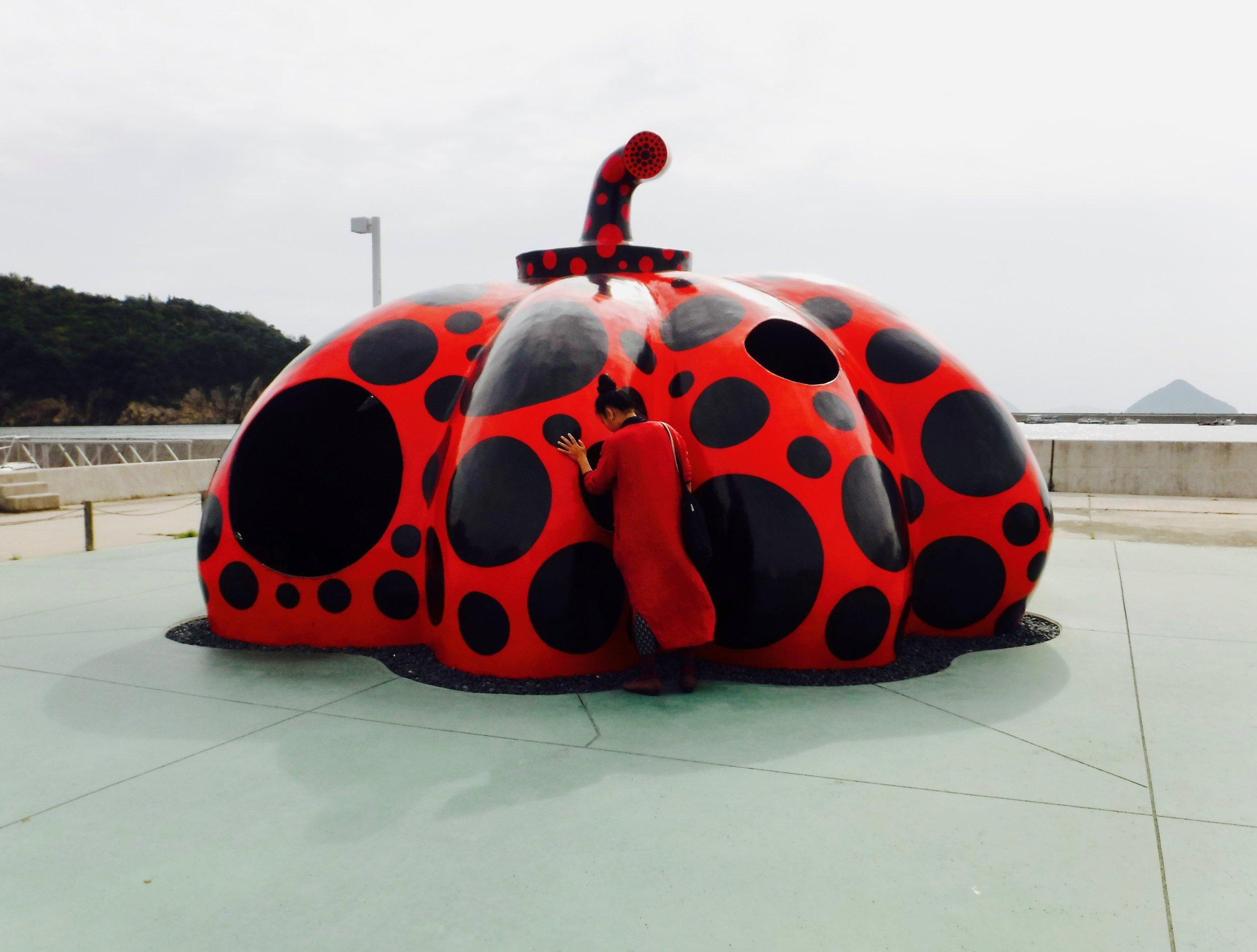 ピンと草間彌生さんの「赤かぼちゃ」。私たちは何時間でもこの赤かぼちゃがどういうアートなのかについて話し合いました。
