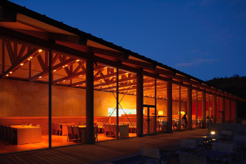 夜のレストラン。ウェブサイトより。