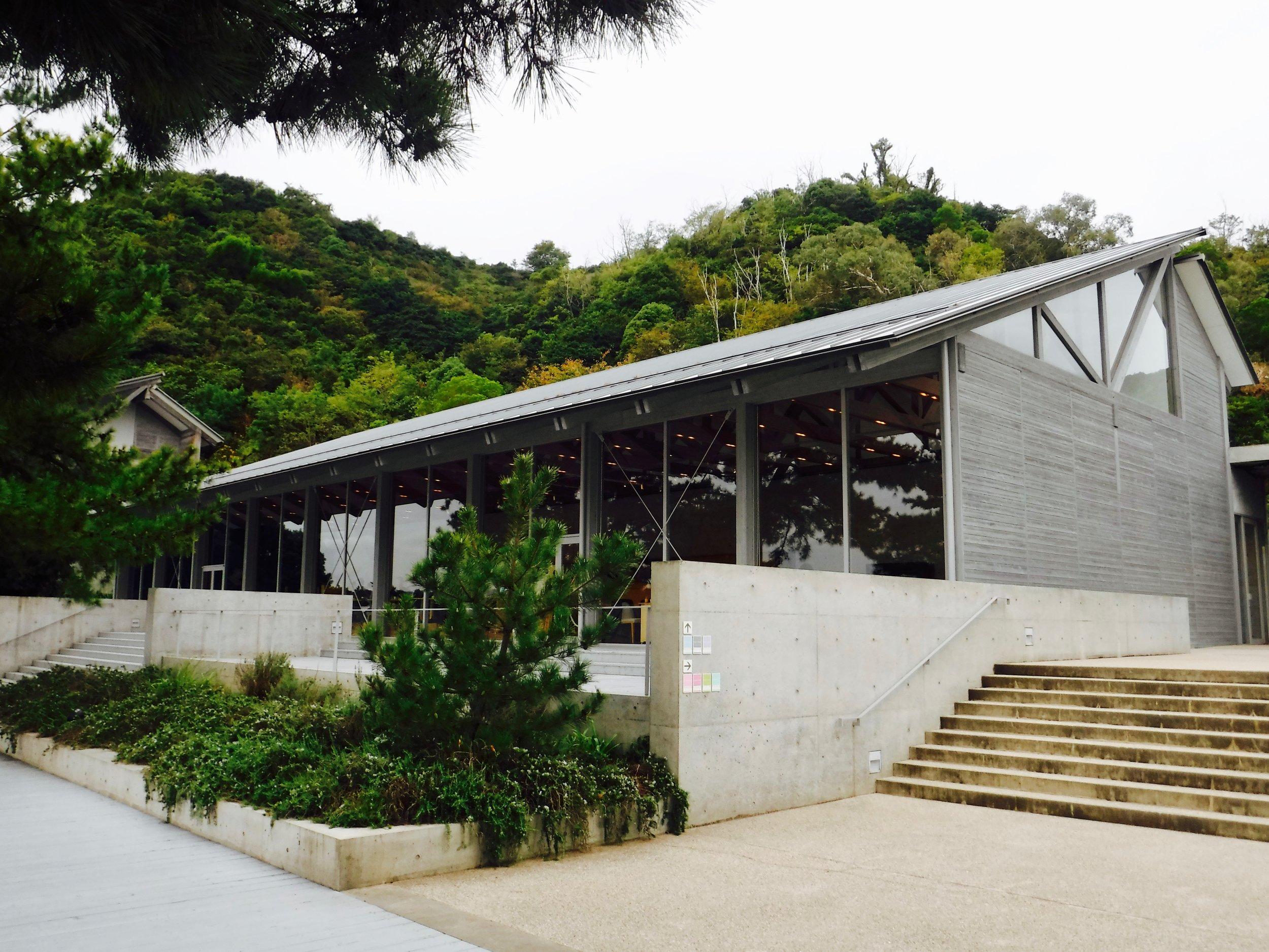 全体的に建物はグレー。日本の気候、景色に馴染むなと思いました。