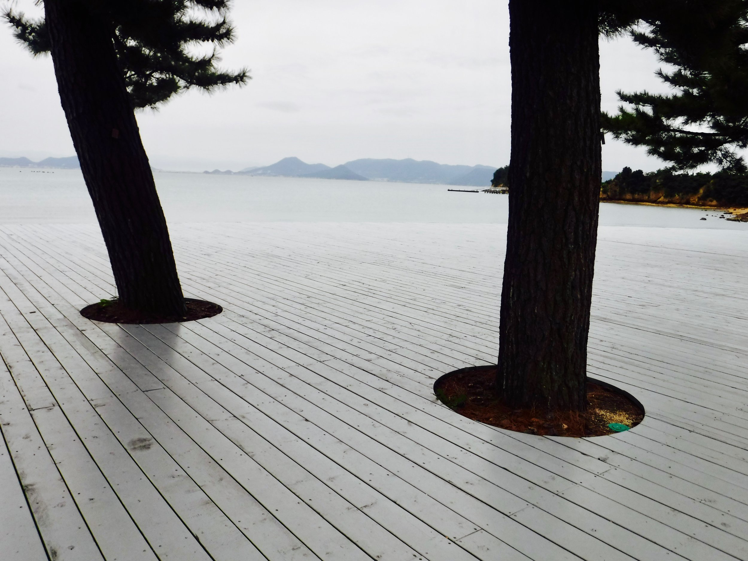 ビーチに飛び出すデッキもグレー。よく見たら、海と同じ色!すてきな計算。