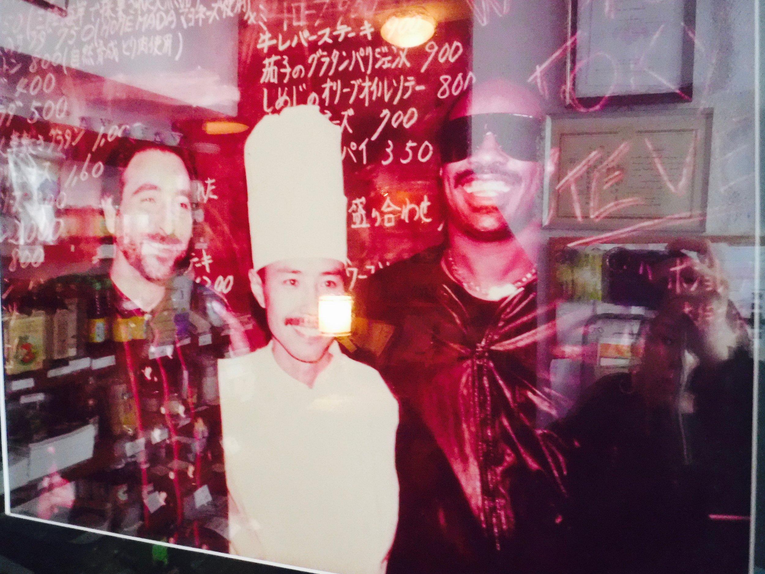 スティービーワンダーさんも訪れたとか。ライブもされたそうですよ=真ん中のコックさんは若かりし頃の山田さん。