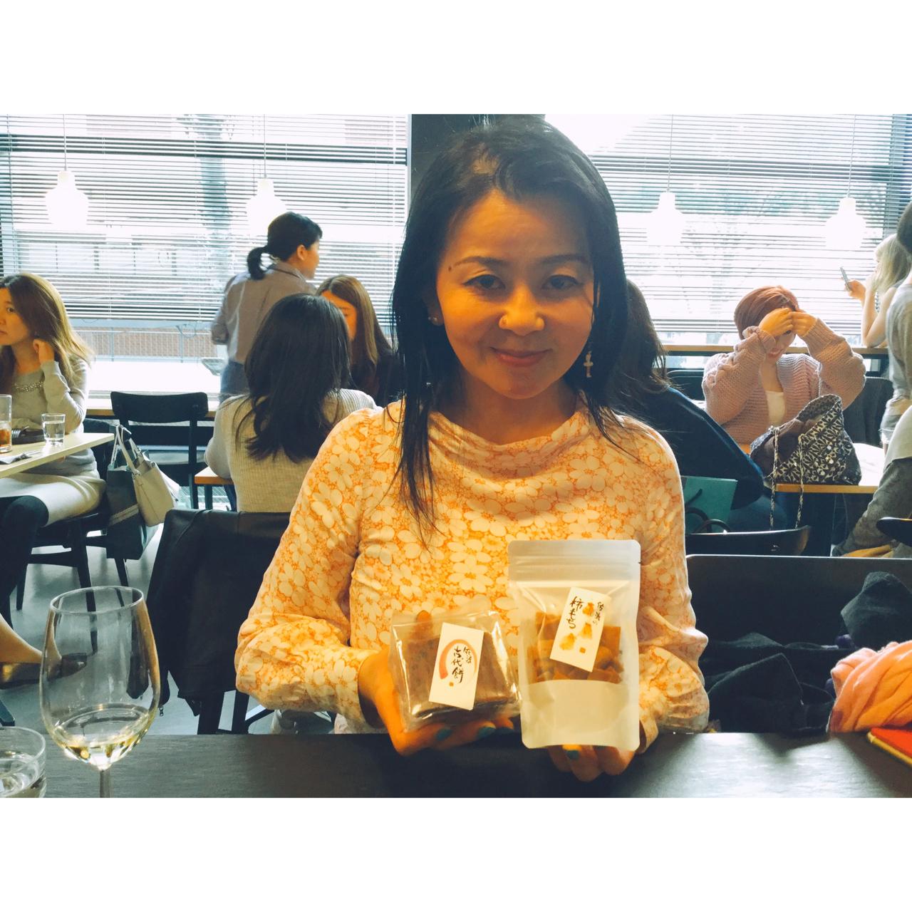 """わかなさんがずっと日本に紹介し続けている、カンボジアの万能布「クロマー」を扱う葉山のギャラリー・HOUSE1891にて、5/1〜5/5まで行われる「佐渡島×屋久島 シマシマ展」に出店する、佐渡島の美味しい名産品・""""柿のかき餅""""と""""佐渡の古代米入り玄米餅""""を頂きました❣️ありがとうございます😊"""