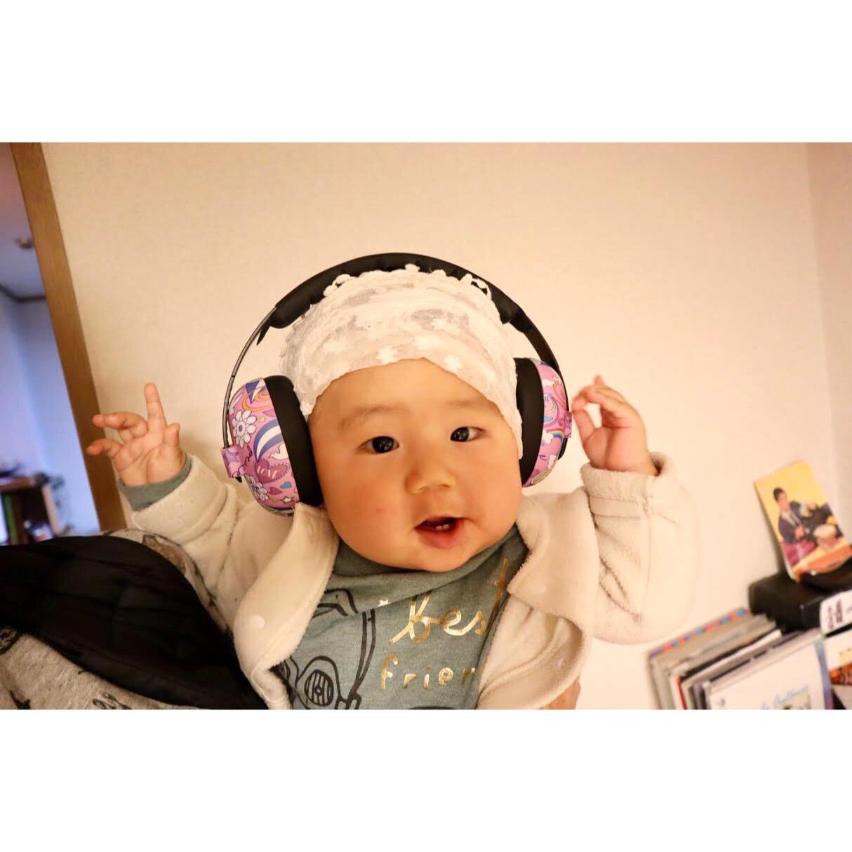 スタジオ年末ショーに向けて、防音準備のため、赤ちゃん用防音イヤマフをつける練習。私の衣装に合わせて白いレースのバンダナも。