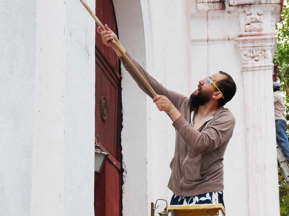 Enrique apoyando a la comunidad a pintar la Parroquia del Cristo del buen Viaje. La Antigua, Abril 2015