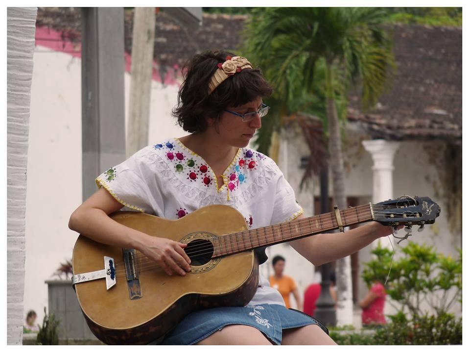Mijal tocando la guitarra en la Plaza Principal. La Antigua, Abril 2015.