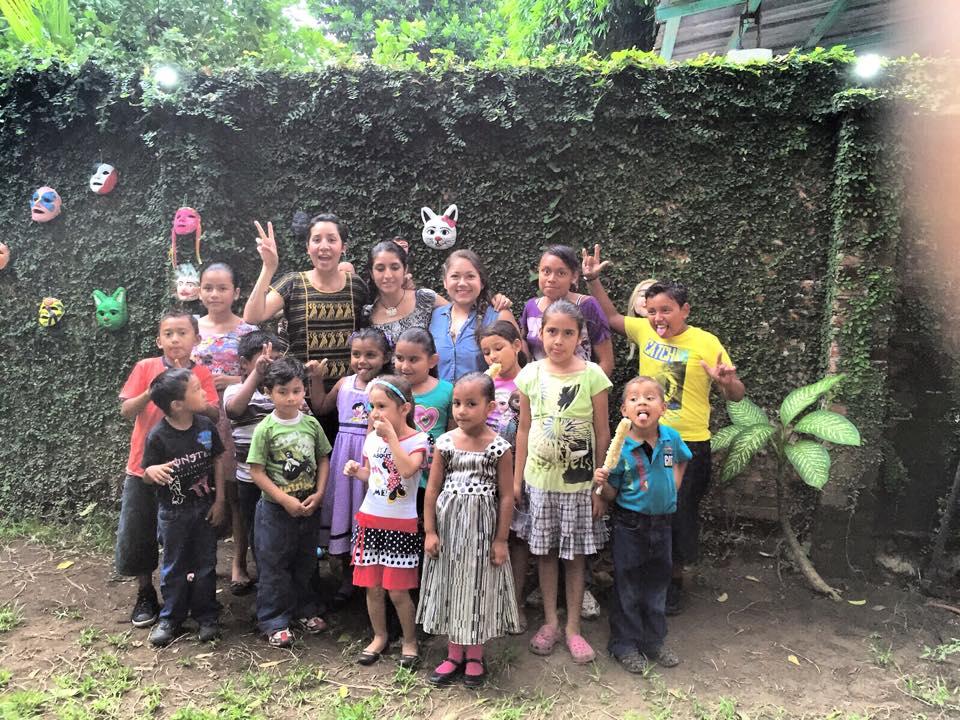 Claudia, Irán y Polly con los niños que tomaron sus cursos en el evento final de residencias. La Antigua, Septiembre 2015.