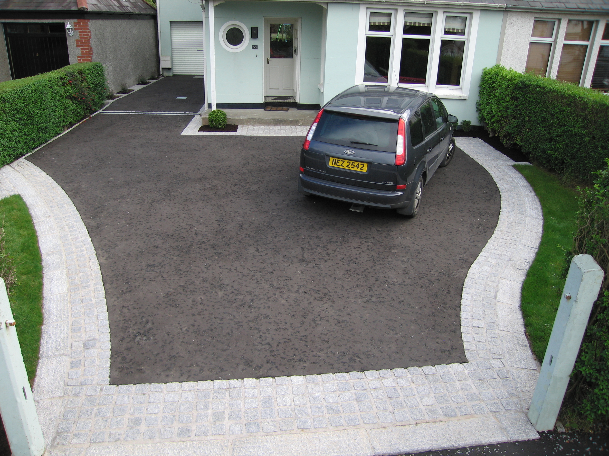 Belfast driveway with asphalt and granite paving