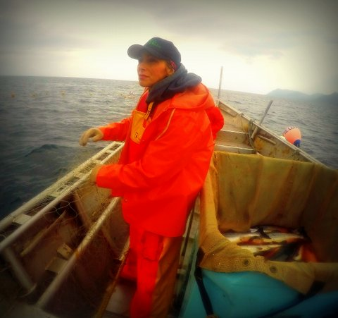 leslie fishing--in raingear looking up.JPG