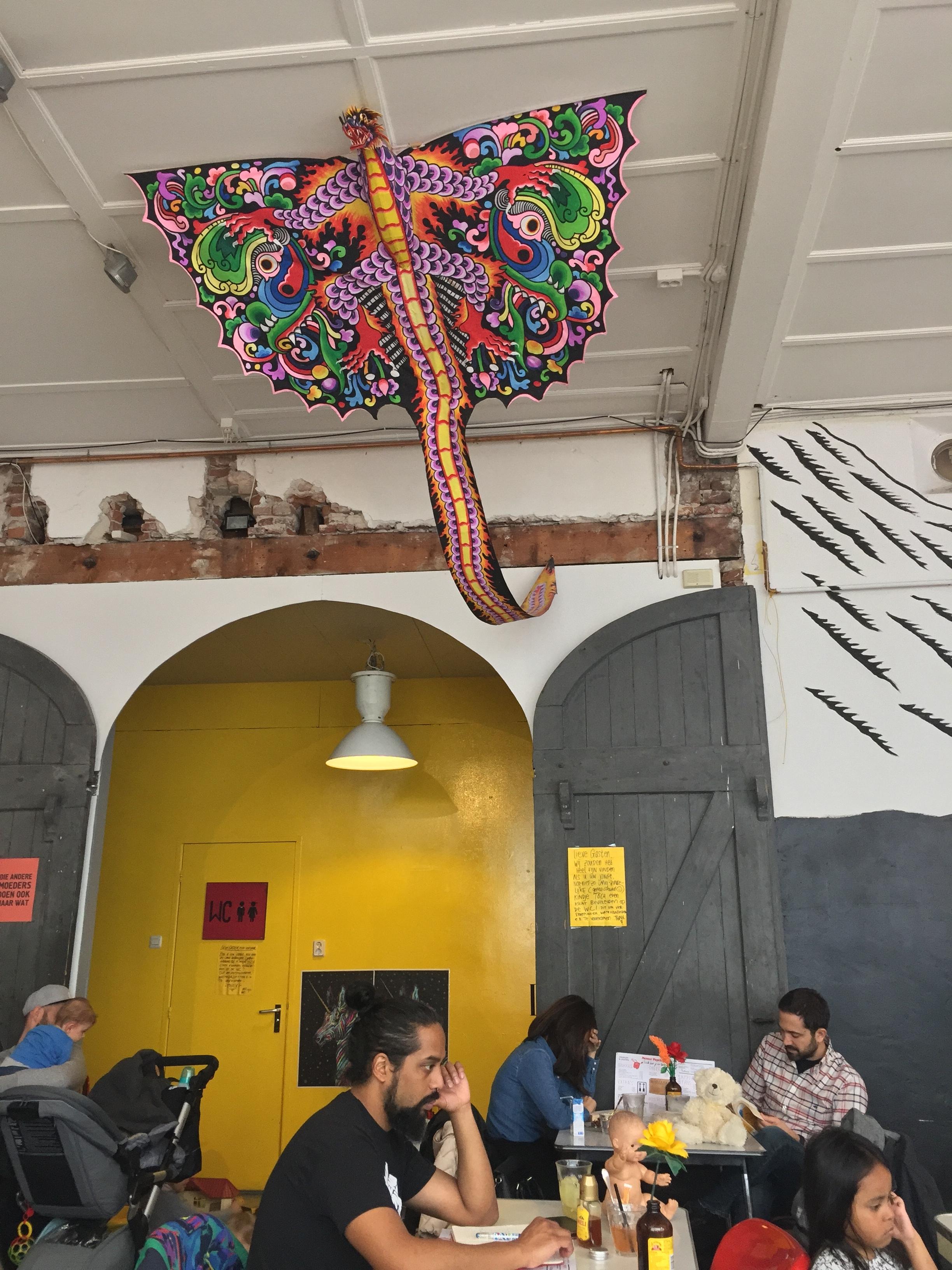 dragão gigante pendurado no teto