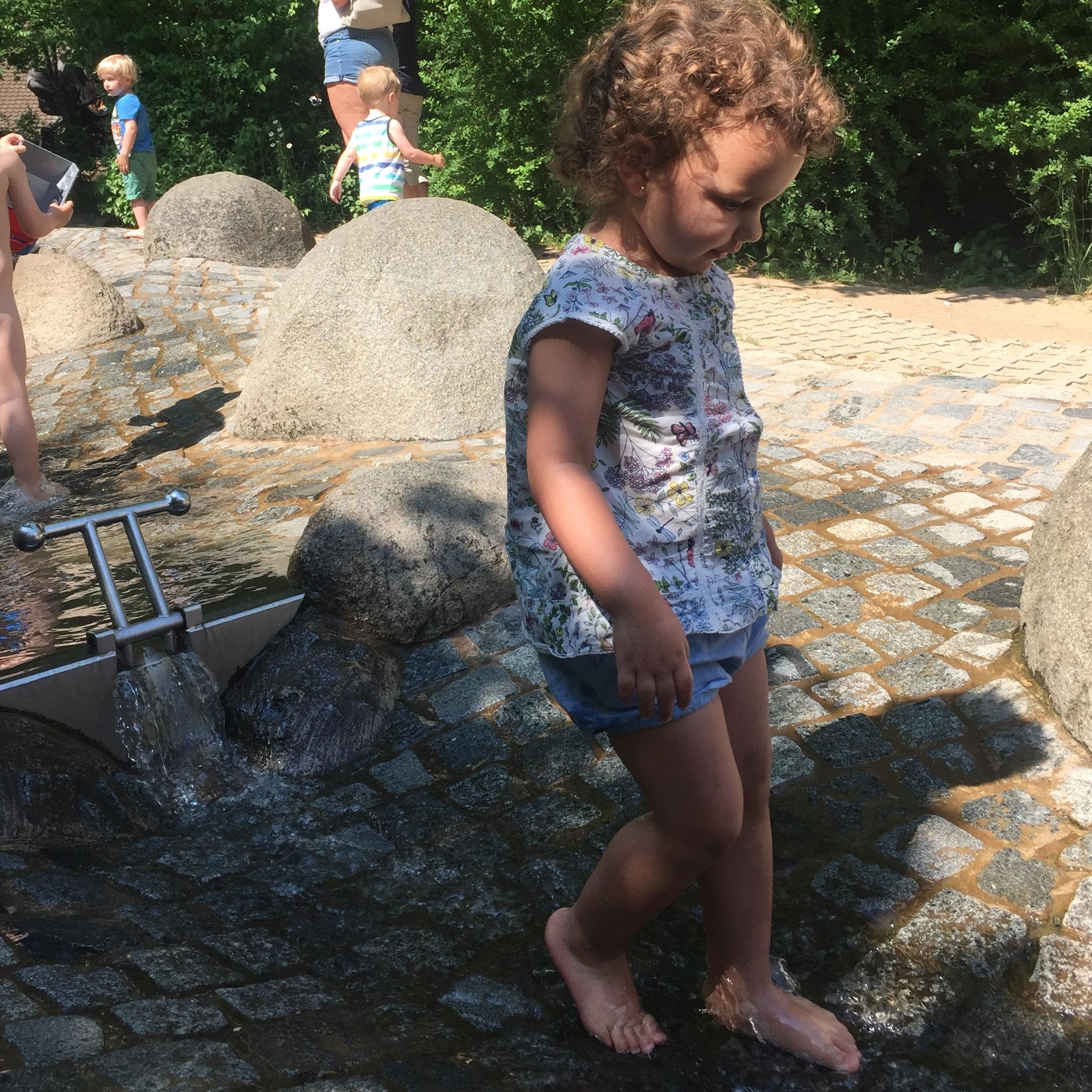 Olivia na fonte de água