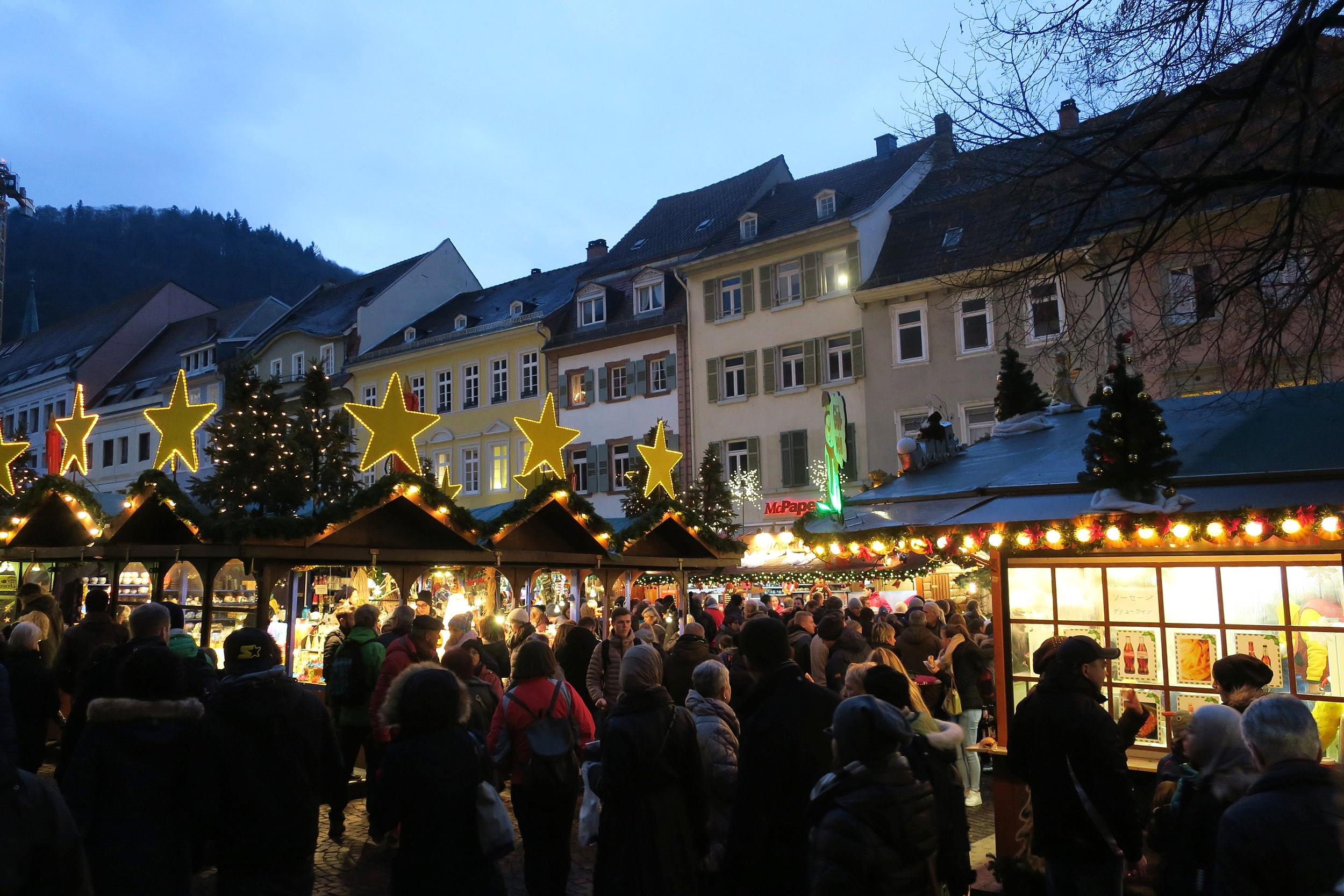 A última parte do mercado, em Karlsplatz. Ali atrás das montanhas está o Schloss Heidelberg.