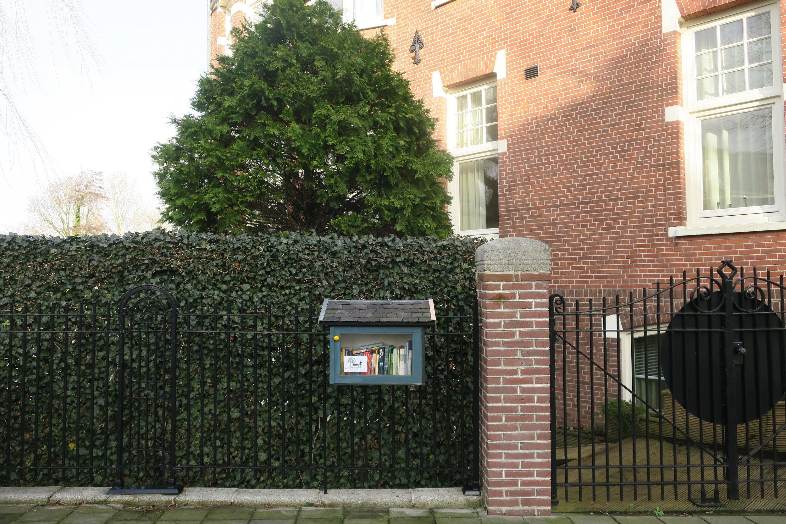 Já viu uma mini biblioteca de rua? Essa casinha da foto acima é uma!