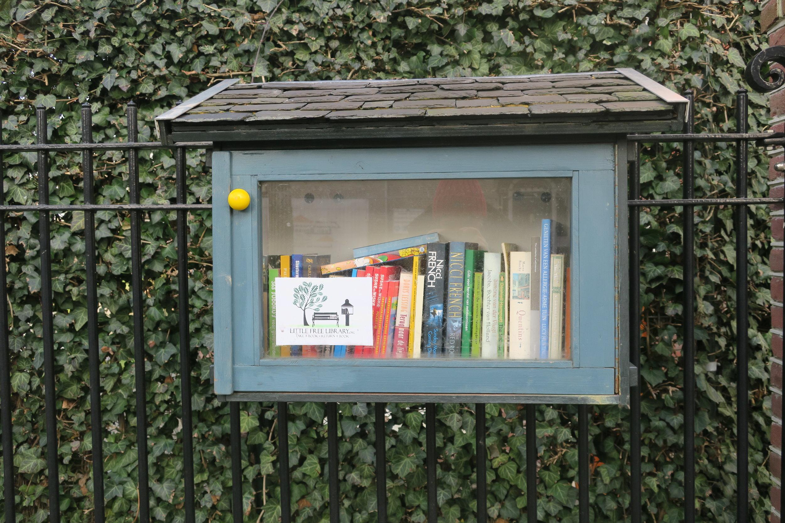 A casinha da Little Free Library em Oud Zuid, Amsterdam.