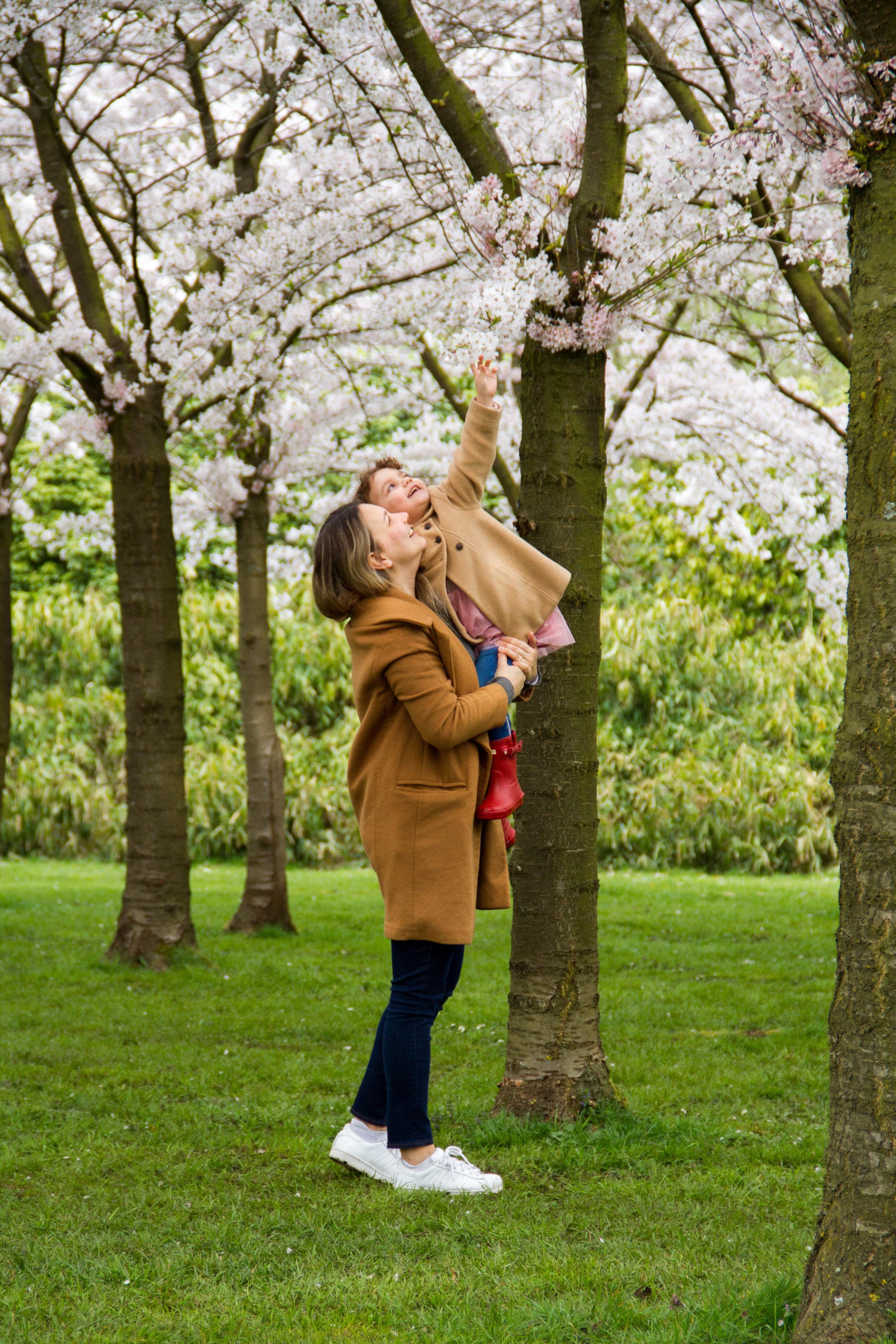 Olivia tentando levar uma lembrança do parque!