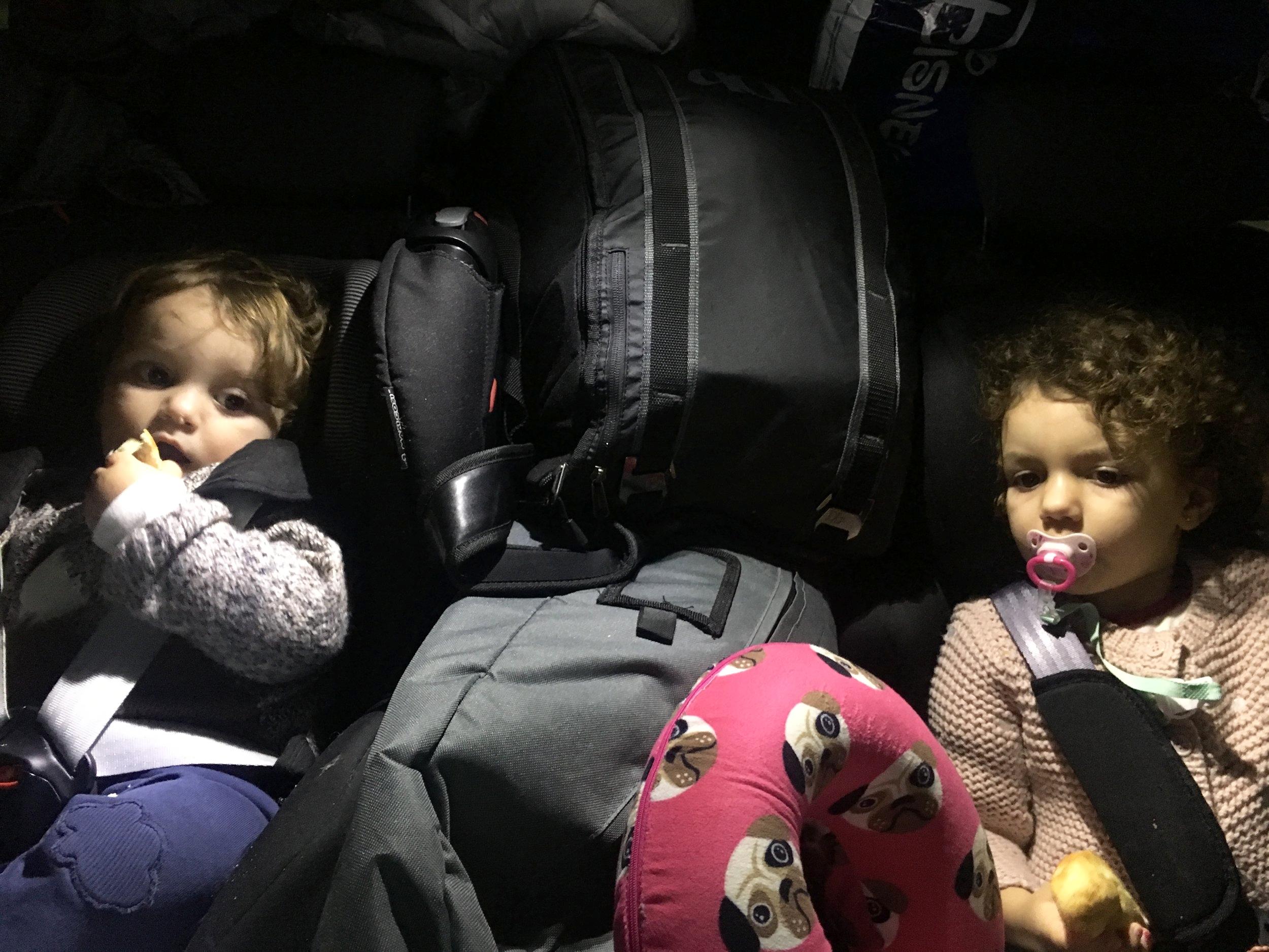 Conseguem enxergar duas crianças no meio de tanta coisa?