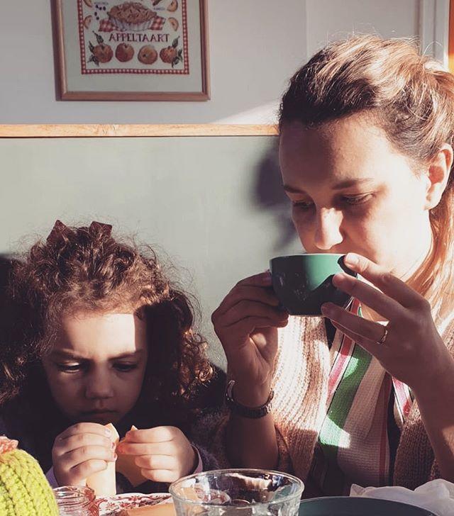 o atendimento é excelente, o café é bom e o mixto quente, (famoso tosti ham & kaas da holanda)  huuum, gostei mais do croissant. 8 estrelas pra esse café #kidsfriendly em #eindhoven , o @koffiehuisjeeindhoven 🥐☕️