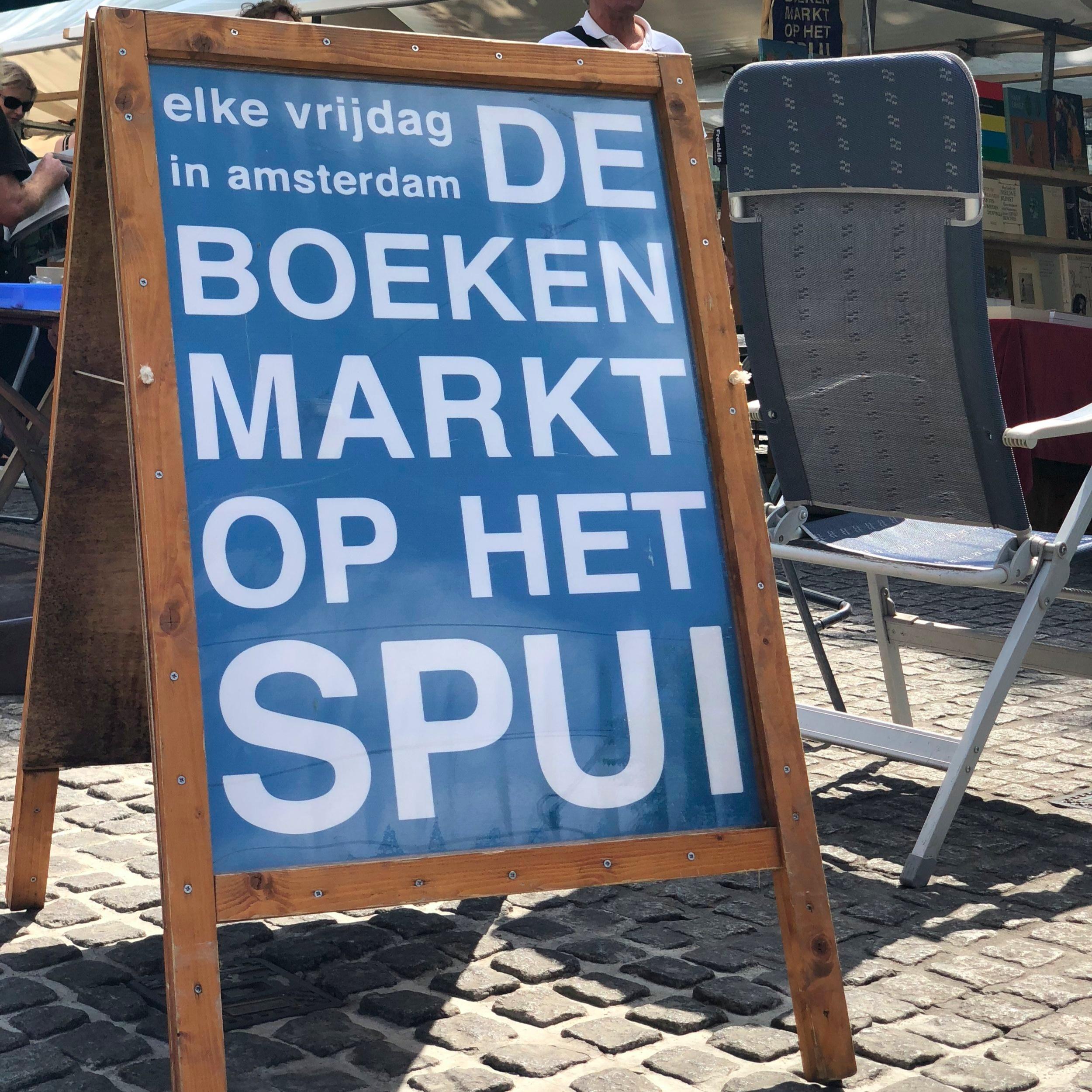 A famosa placa que sinaliza a feira de livros na Praça Spui.