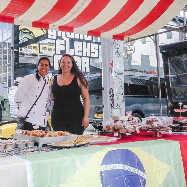 Ontem foi dia de FeelGood Market, um mercado com comida, bebida, produtos feitos à mão e espaço pra crianças em Eindhoven. ⠀⠀⠀⠀⠀⠀⠀⠀⠀ Foi dia também de apoiar mulheres, mães e empreendedoras fora do seu país! A @cozinha_da_chris e a @patriciastefani estavam lá e levaram as comidinhas mais gostosas do mercado! Passa pra esquerda pra ver as fotos! ⠀⠀⠀⠀⠀⠀⠀⠀⠀ Adorei conhecer as meninas, e mais ainda experimentar as delícias que elas fazem! Elas aceitam encomendas aqui pelo instagram e facebook! 😋