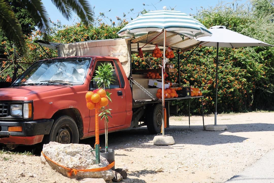 Um caminhão na beira da estrada vendendo as laranjas mais gostosas do mundo: as do Algarve.